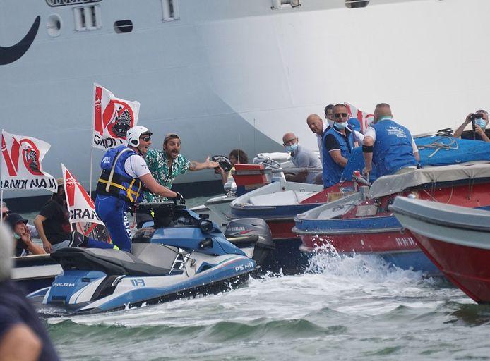 Activisten op het water.