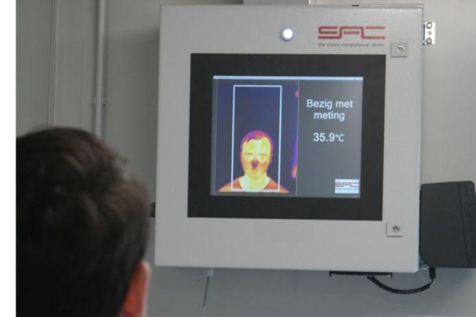 Een warmtecamera meet de temperatuur van de bezoekers.