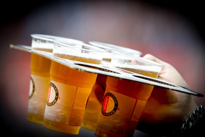 Het drinken van bier in het stadion levert miljoenen op voor Feyenoord.
