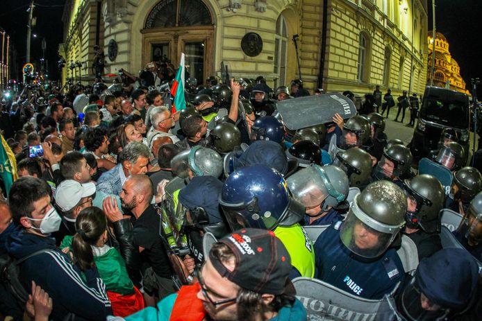 Betogers botsen met de politie tijdens een anti-regeringsdemonstratie van tienduizenden Bulgaren bij het parlementsgebouw in Sofia,  op 22 september 2020.