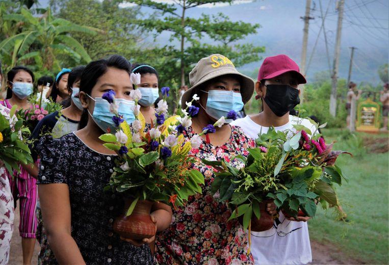 De vrouwen in Dawei hebben bloemen mee voor het waterfestival Thingyan. Beeld AFP