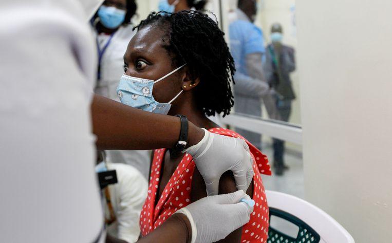 Een Keniaanse vrouw krijgt het AstraZeneca/Oxford-vaccin toegediend. Beeld Reuters