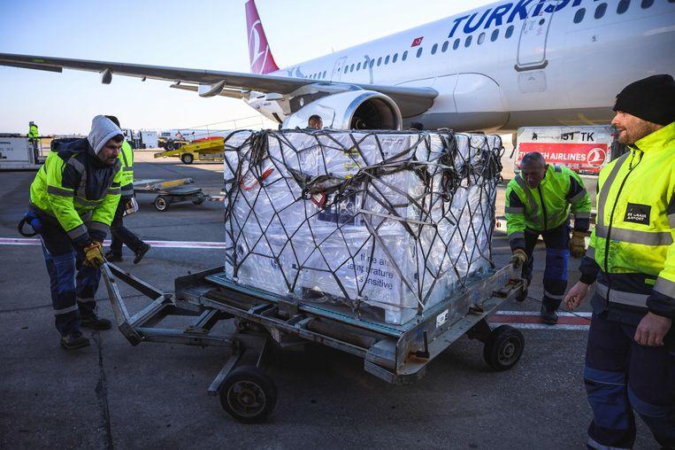 Een levering coronavaccins van AstraZeneca wordt uitgeladen op het vliegveld van Belgrado.  Beeld Andrej Isakovic / AFP