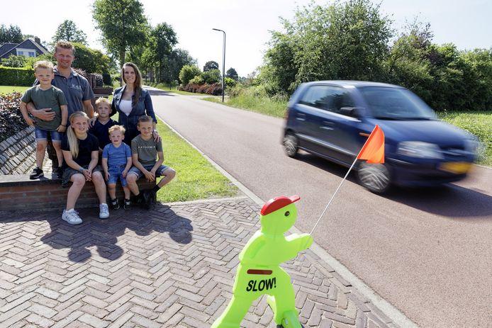 De familie Ketelaars langs de drukke weg die ook snelfietspad is.