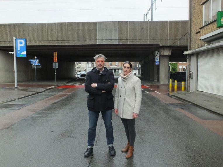 Lieven De Clercq en Valerie De Ruyck aan het station, waar de knip een no-go is.