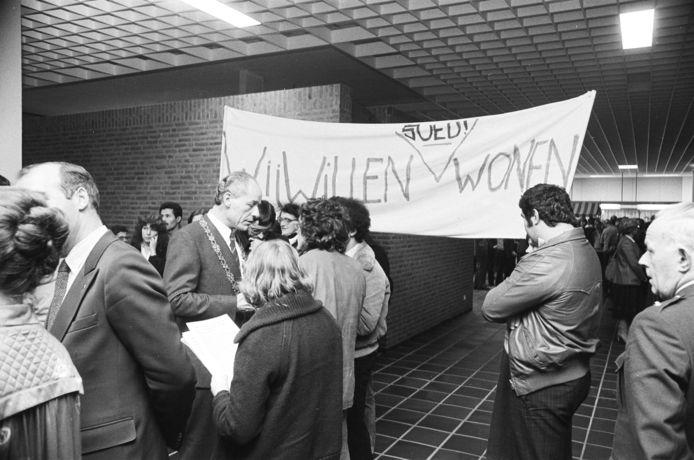 Met een demonstratie tijdens de nieuwjaarsreceptie van 1980 in het stadhuis aan het Stadserf van Roosendaal, vroeg de Internationale Huisvestingscommissie Roosendaal aandacht voor goede huisvesting van buitenlandse werknemers.