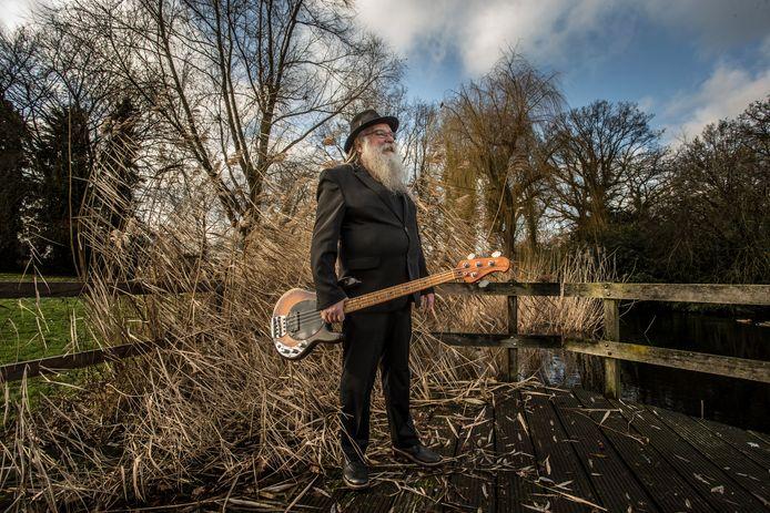 De legendarische zanger Hein Migchelbrink (72) gaat op pad met een nieuwe versie van The Spitfires, 'jonge honden' uit Noord-Holland.