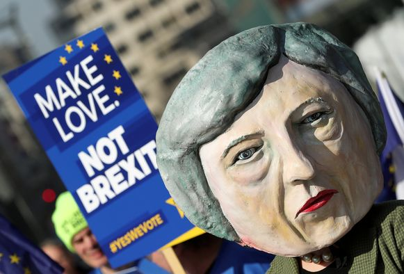 Een antibrexit-betoger in Brussel, verkleed als Theresa May.
