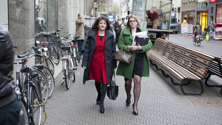 Voormalig COA-bestuurder Nurten Albayrak (L) komt aan samen met raadsvrouw Scheele voor de persconferentie in perscentrum Nieuwspoort. (Archieffoto) Beeld anp