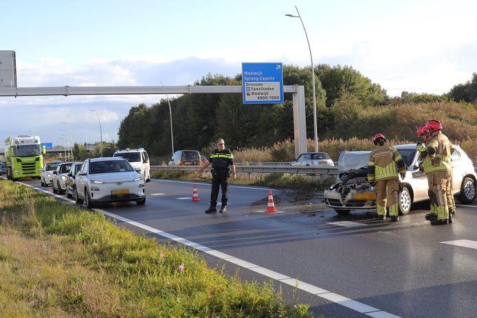 Hulpdiensten aanwezig bij een beschadigde auto.