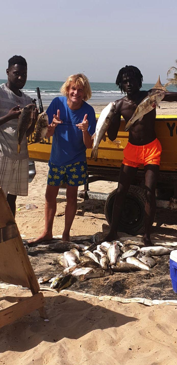 Met deze jongen gaat Charles geregeld vissen.