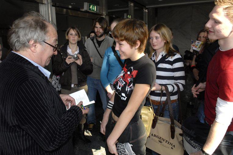 Scholieren ontmoeten Youp van 't Hek op de Dag van de Literatuur, in 2007, in Rotterdam.  Beeld Brunopress