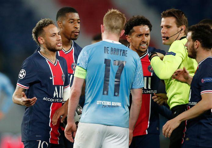 Kevin de Bruyne ligt onder vuur in Parijs na een pittige tackle. Neymar en Marquinhos komen verhaal halen bij arbiter Felix Brych.