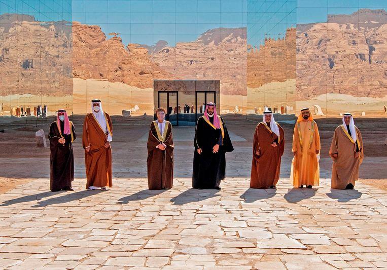 De leiders van de Golfstaten troffen elkaar dinsdag in het Saoedische al-Ula om een einde te maken aan vijandigheden met Qatar. Het steenrijke oliestaatje werd drie jaar geboycot door de regio. De emir van Qatar staat tweede van links, de Saoedische kroonprins Mohammed bin Salman staat in het midden. Beeld AFP