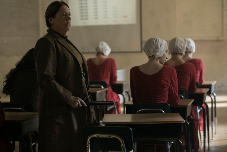 In de nieuwe samenleving dragen 'dienstmaagden' rood en 'tantes' bruin. Beeld © 2017 Metro-Goldwyn-Mayer Studios Inc. All Rights Reserved.