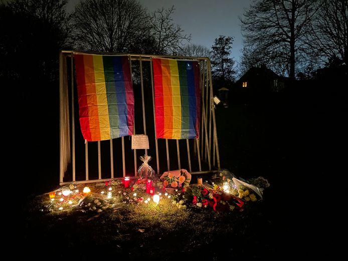 Bloemen, kaarsen en regenbloogvlaggen op de plek waar David dood werd aangetroffen.