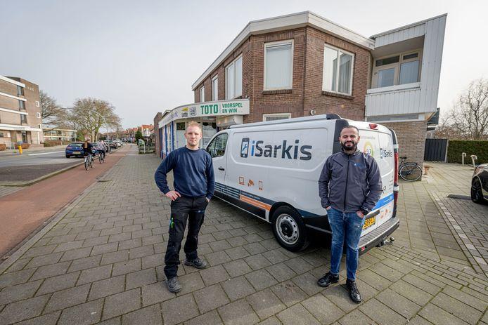 TT-2021-7802 Bjorn Borgerink (L) en Wanim Sarkis met de bus van Sarkis bij het pand van Besselink.