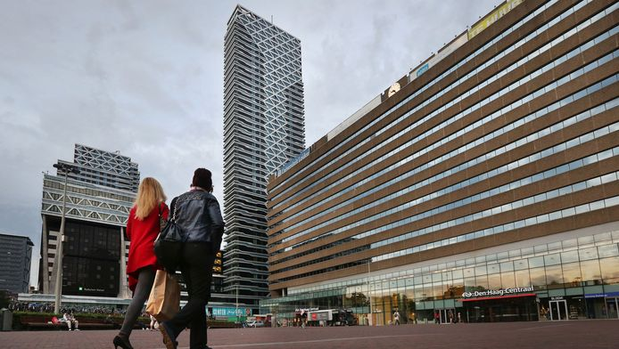 Beeld van het nu nog onbebouwde KJ-plein voor Den Haag Centraal. Met name bewoners van de woontoren New Babylon (midden) lopen te hoop tegen de gemeente-voornemens.