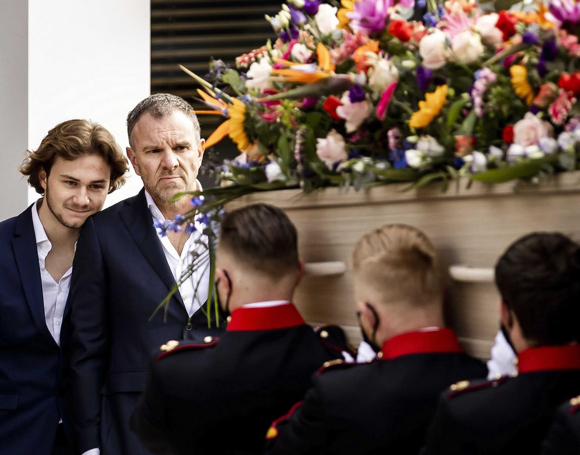 Zoon en echtgenoot van Bibian Mentel kijken naar de kist.
