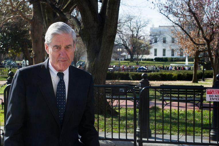Robert Mueller wandelt zondag na het bijwonen van een kerkdienst voorbije het Witte Huis. Vrijdag diende hij zijn langverwachte rapport in. Beeld AP