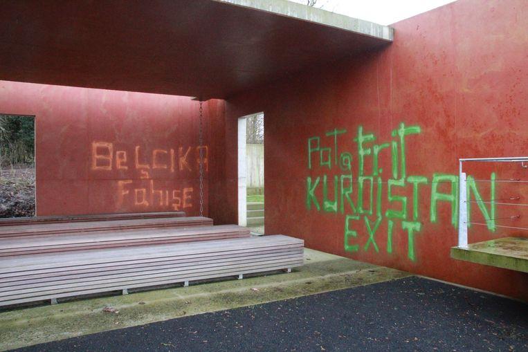 Enkele 'graffiti-artiesten' gingen aan de slag op het nieuwe kerkhof.