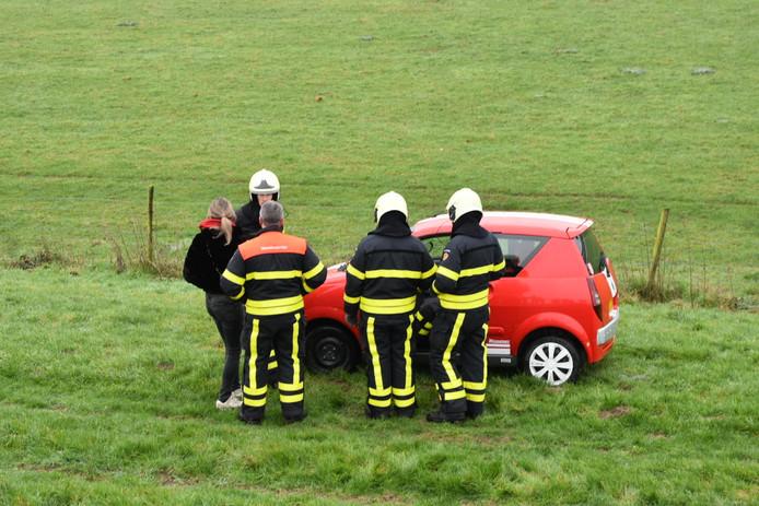 Auto rijdt van Maasdijk in Waal en Aalburg