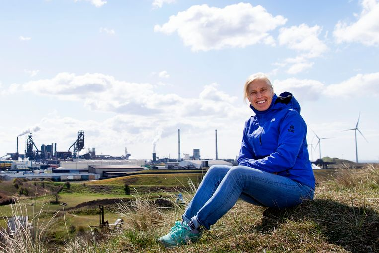 Linda Valent (Dorpsraad Wijk aan Zee) op het duin dat het dorp scheidt  van Tata Steel. Beeld Olaf Kraak
