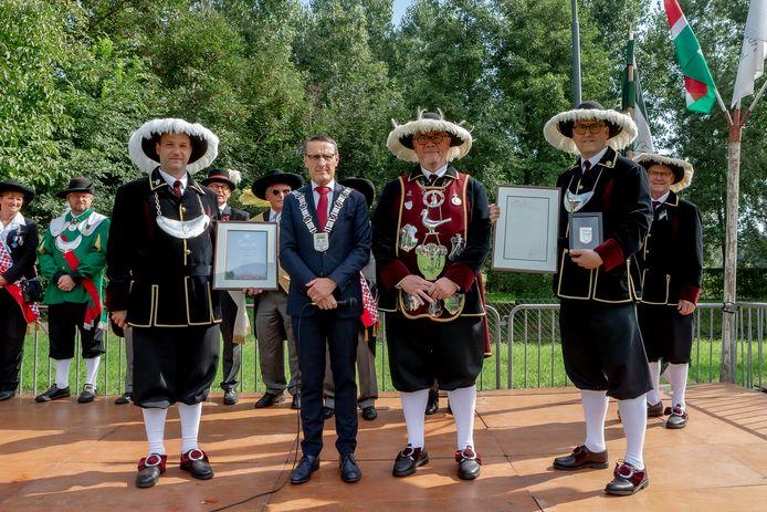 Het jubilerende Sint Servatiusgilde met tweede van links burgemeester Frank van der Meijden.