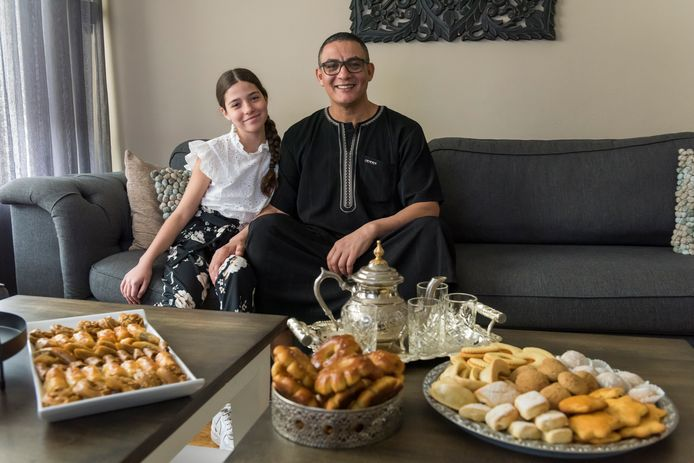 El Habri Attsouli en zijn dochter Nora vieren het Suikerfeest thuis zonder bezoekers.