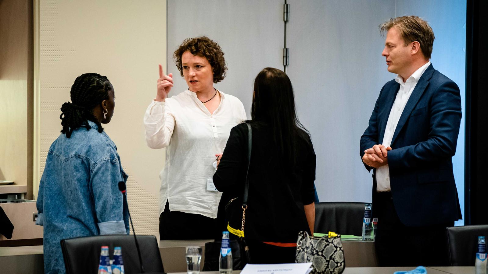 Renske Leijten (SP) en Pieter Omtzigt (CDA) praten met gedupeerden Tamara de Haas en Dulce Gonalves Tavares tijdens een openbaar gesprek in de Tweede Kamer met ouders, advocatuur en ombudsman over de Wet hardheidsaanpassing Awir.