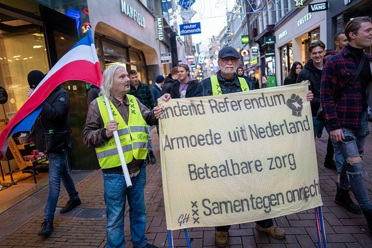Demonstrerende 'gele hesjes' eisen in de Amsterdamse Kalverstraat een bindend referendum. Beeld Hollandse Hoogte / Katrien Mulder