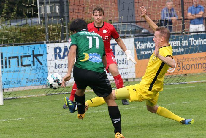 Een duel tussen Wesley Basyn en Niels Coussement (r.) in de partij tussen SKV Zwevezele en Sparta Petegem.