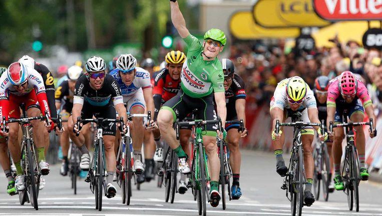 André Greipel sprint naar de zege tijdens de vijfde etappe van de Tour de France tussen Arras en Amiens. Beeld ANP