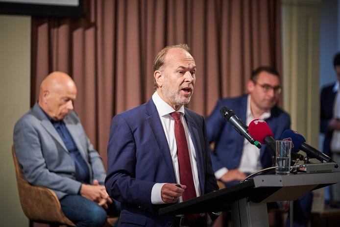 Vlnr: Peter Plasman, Bert Blase en Richard de Mos tijdens de persconferentie over de nieuwe politieke partij waarmee zij de Tweede Kamer in willen gaan. Oud-wethouder De Mos wordt verdacht van onder meer corruptie en wordt in de rechtszaak verdedigd door Plasman.