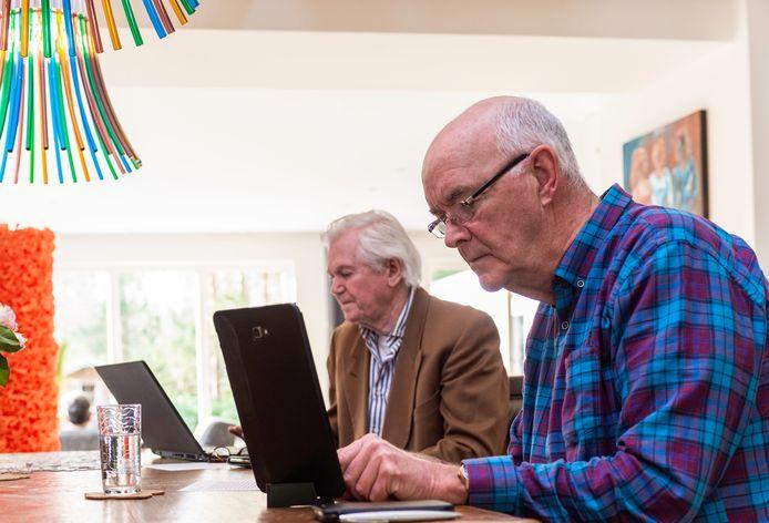 Bert Albers (r) en Ton Robberts volgen de online sessie waarin de gemeente Epe meldt dat de bouw van een omstreden zorgcentrum aan de Burgemeester van der Feltzlaan doorgaat. 'Dat wordt een rechtszaak', zegt Albers.