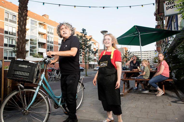 Abi pakt de fiets voor zijn eervolle taak: de bezorging Beeld Niels Blekemolen