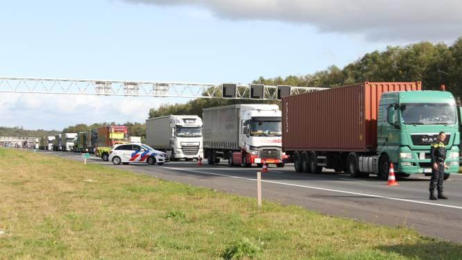 File op A1 bij Rijssen nadat onwel geworden bestuurder op vrachtwagen botst
