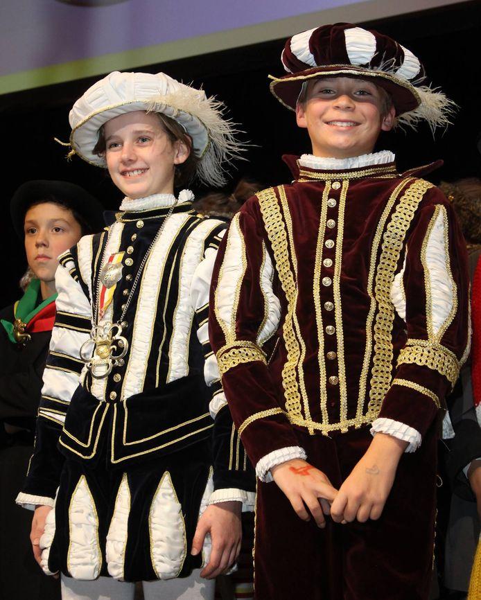 Robbie van Hulst, links, na zijn installatie als de nieuwe Jeugdprins van Oeteldonk. Naast hem zijn adjudant Willem Hanegraaf.