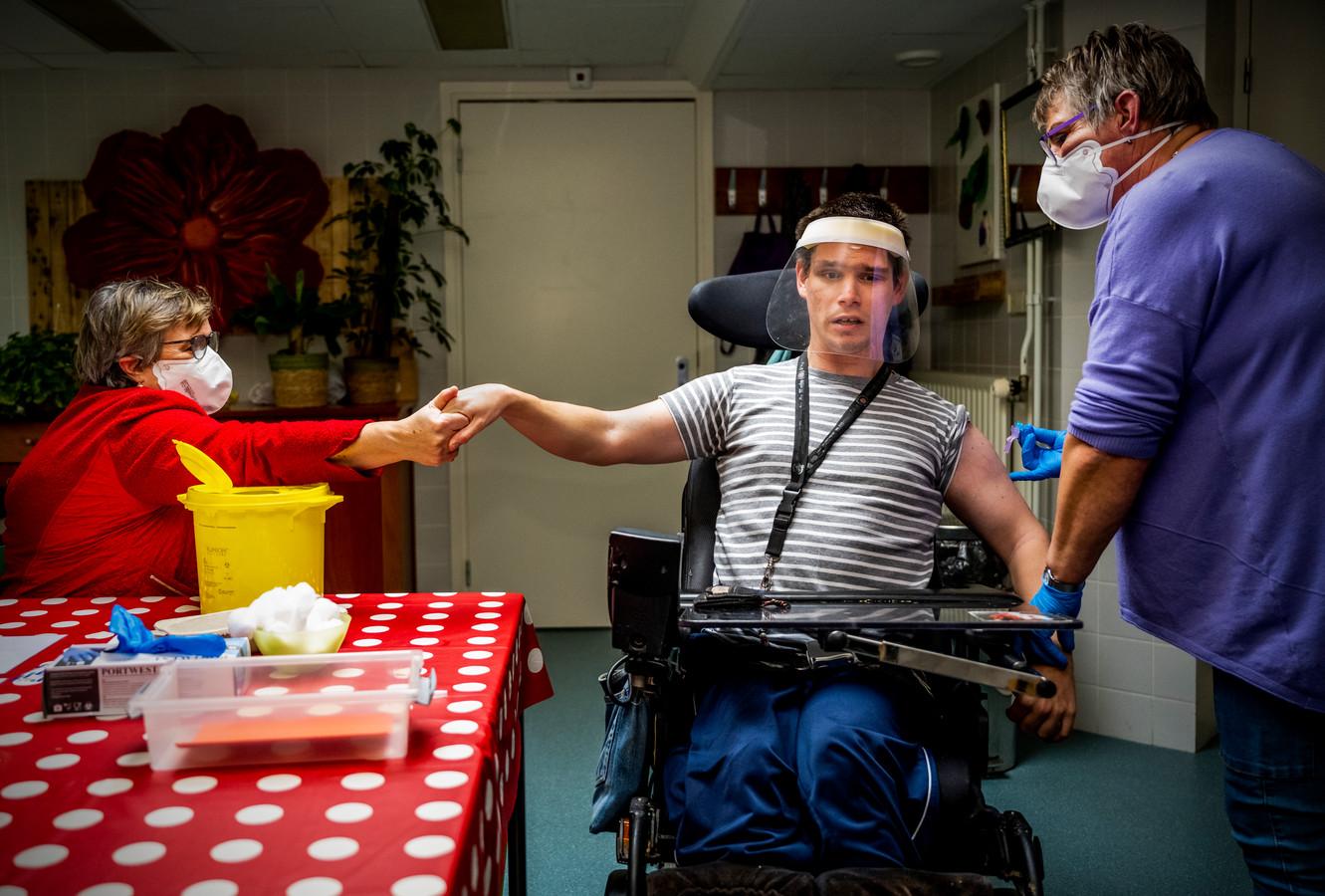 Kevin (27 jaar) kreeg afgelopen week als bewoner bij gehandicaptenzorginstelling Middin de eerste prik.