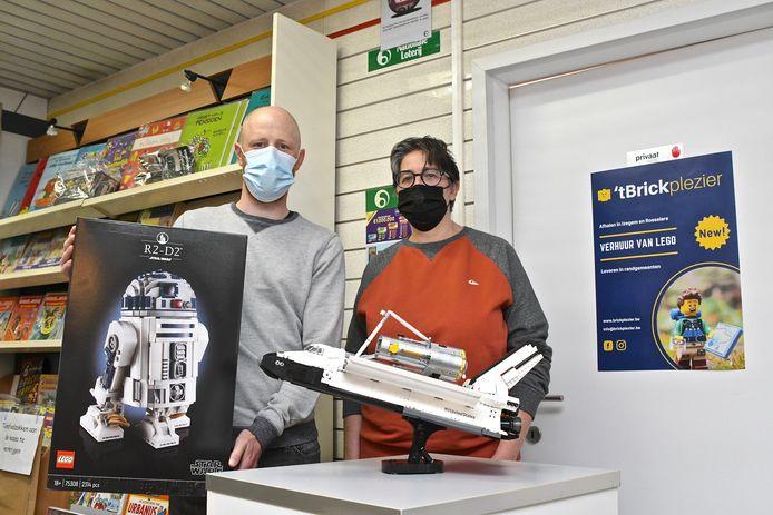 Pieter en Heidi met hun nieuwste sets: een R2D2-robot uit Star Wars en een Space Shuttle. Die verschijnen binnenkort op hun website www.brickplezier.be.