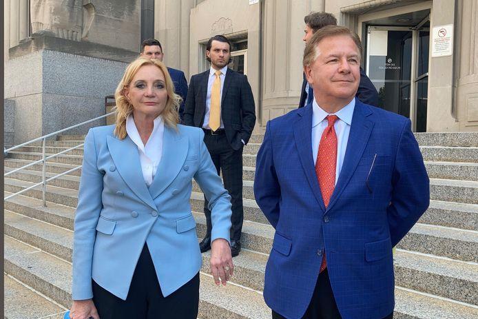 Patricia McCloskey en haar man Mark verlaten de rechtbank in St. Louis.