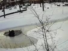 Deze fontein in Boxmeer kan de last van bevroren water niet meer aan