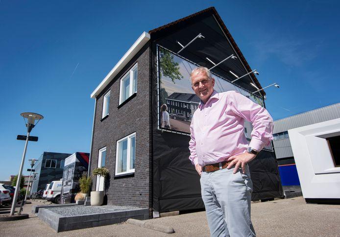 Remmert Honig van Jan Snel bij een woning waarvan ze er vijf per dag kunnen bouwen