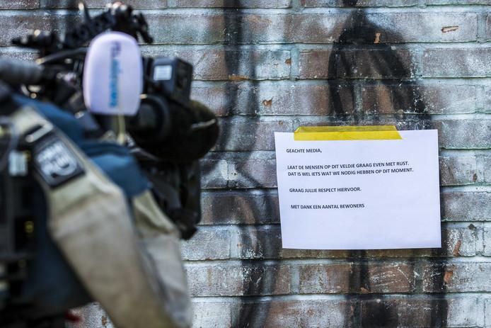 Een mededeling is opgehangen in de Assense wijk Peelo, waar zaterdag een man door mishandeling om het leven kwam. Vijf mensen, die de man verdachten van een zedendelict, zijn door de politie opgepakt