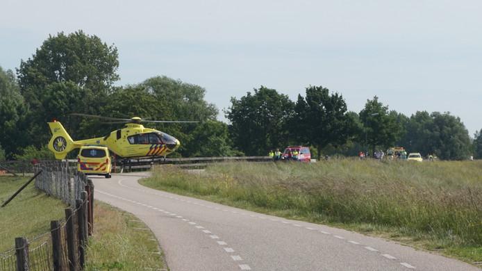 Een aantal wielrenners is vanmorgen gewond geraakt bij een valpartij op de Lekdijk West in Lopik.