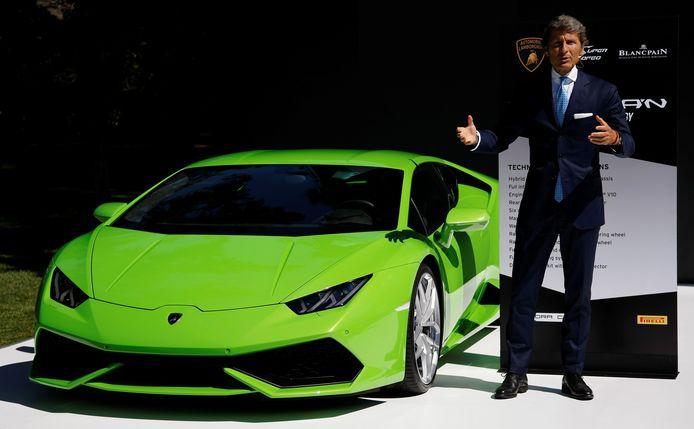 Lamborghini's ceo Stephan Winkelmann naast een Lamborghini Huracan.