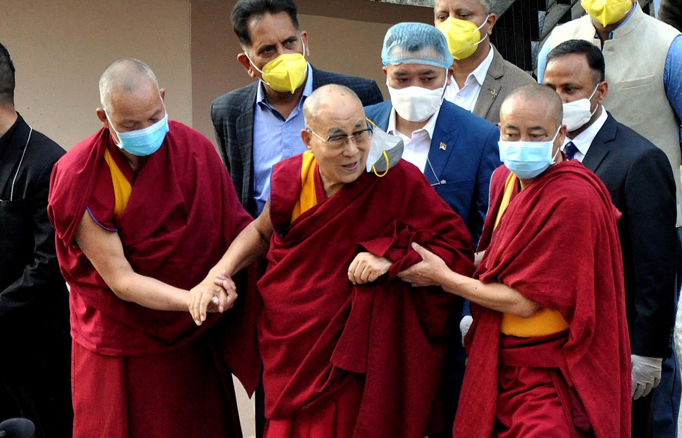 De Dalai Lama verlaat het ziekenhuis in Dharmsala na zijn coronaprik te hebben ontvangen.