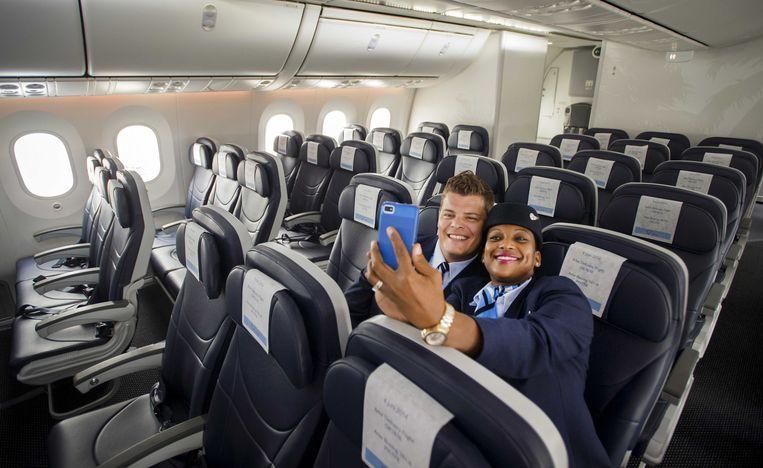 2014-06-05 SCHIPHOL - Cabinepersoneel maakt een selfie in de eerste Nederlandse Boeing 787 Dreamliner dat is geland op Schiphol. Het reusachtige toestel kwam vanuit de fabriek in het Amerikaanse Seattle. Arke is de eerste Nederlandse airline die de Boeing 787 aan haar vloot toevoegt. Het toestel is lichter, stiller, zuiniger en vooral veel comfortabeler dan de huidige generatie vliegtuigen. ANP REMKO DE WAAL Beeld null