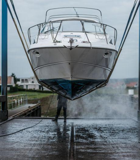 Hijsdag: met militaire precisie worden de boten bij Jachthaven 't Eiland op het droge geplaatst