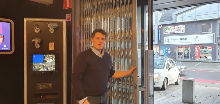 Stief Lauryssen bij de poort in de winkel in Minderhout.